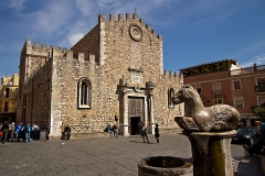Italy-Sicily-Taormina-Basilica-Cathedral-and-fountain-in-Piazza-del-Duomo